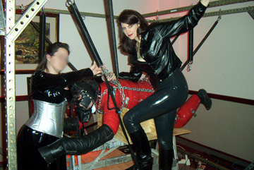 Mistress Amanda Wildefyre striking a pose with Charger Pony at the Midwest Fetish Spring Sting 2002 BDSM convention in Moundsview, Minnesota